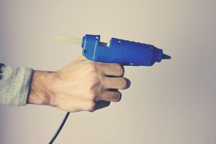 man hand glue gun